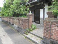 以前住み慣れた赤煉瓦の塀と門。あの頃が懐かしい思い出になりました。